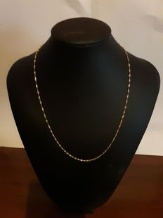 750/000 gold necklace. Length: 45 cm.