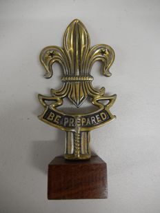 Very Nice Be Prepared Scouts Movement Symbol Brass Chrome Car Auto Hood Mascot Ornament on Vintage Wooden Square Base