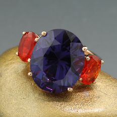 An amethyst fire opal ring of intense colour, 15.67 ct in total, 750 rose gold - ring size: 56