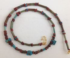 Necklace with Egyptian faïence-beads and 3 amulets - ca 45.5 cm
