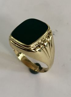 Gold 14 kt men's ring with a green agate stone, size 19.5, circa 1960