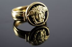 18 kt gold ring and onyx with image of Medusa.  No reserve price