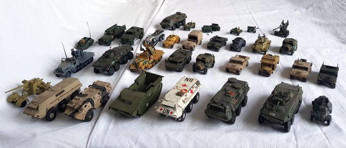 Collectie van 34 model tanks