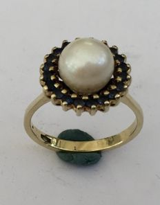 Gold ring with akoya pearl and entourage of blue sapphire (treated)