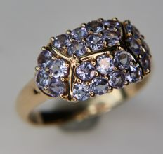 Vintage Gold ring with big ringhead filled with clear light purple Tanzanites for a total of 1.20ct that shine together like a wholesome gem in an excellent condition.