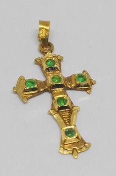Cross in 18 kt yellow gold with emeralds