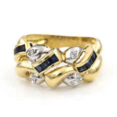 18 kt (750/1000) yellow gold - two-tone cocktail ring - carré cut sapphire - interior diameter 17.95mm.