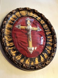 Crucifix on oval frame