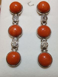 Lovely earrings in 18 kt gold with coral and 0.28 ct diamonds - Length: 7 cm