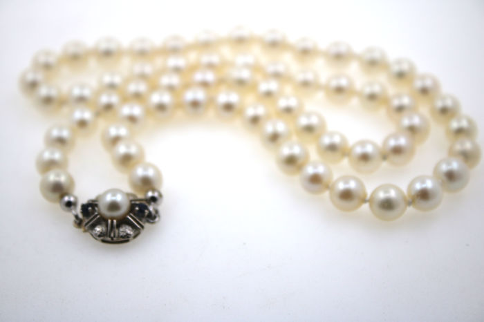 Cultured Akoya pearl necklace 7 mm in diameter with 585 yellow-white gold clasp with 2 sapphires