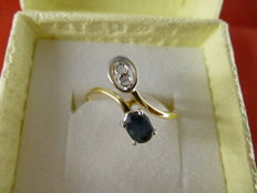 18 kt gold ring set with a blue sapphire and 0.04 ct diamonds - size 12