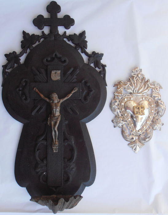 Lot consisting of a wooden stoup in the shape of a Crucifix and a silver ex voto from the 1900 circa - Italy