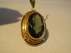 Gold pendant with forest-green spinel of 15 ct