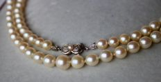 Necklace with genuine sea/salty water round pearls with very good lustre and 14kt antique gold lock. Excellent state.