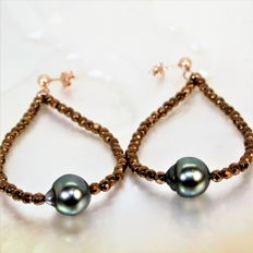 Fine faceted hematite stone earrings with Baroque Tahiti pearl  Ø 10x11 mm.