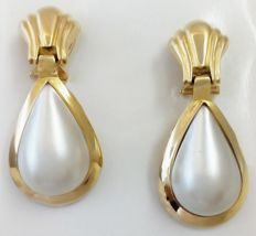 Earrings in 18 kt yellow gold with teardrop-shaped natural cultured pearls. Weight: 17 g. Length: 2.3 cm.