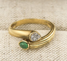 18 kt yellow gold –  Cocktail ring –  Brilliant-cut diamonds –  Cabochon-cut emeral –  Inner ring diameter: 17.80 mm