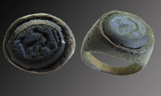 Roman bronze decorated signet ring with engraving of a farrier and horse in Lapis stone - 17 mm
