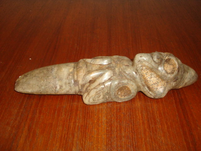 Taino Greater Antilles - Zemi - Ceremonial dagger or axe - carved, chiselled and polished zoomorphic sculpture in greyish stone - Height 45 mm - Length 220 mm - Width 45 mm - Weight 500 gr