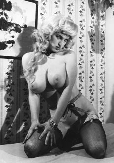 Photography; lot with 24 black/white pictures of ladies with XXL breasts-ca. 1965