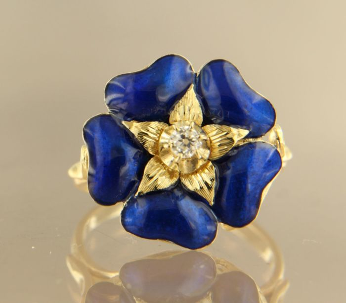 18 kt yellow gold ring adorned with blue enamel and a central Bolshevik cut diamond totalling approx. 0.10 ct ring size: 17.5 (55)