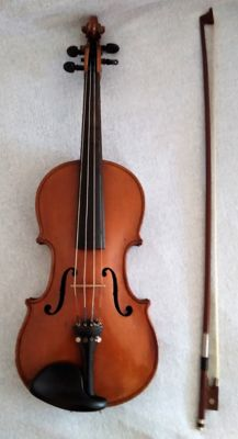 A lot consisting of a 3/4 English violin '' The Maidstone - John G. Murdoch & Co. Ltd. London Ec.'' - probably from the 1960