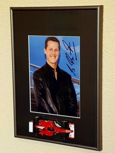 Michael Schumacher - Ferrari 7x worldchampion Formula 1 - Exellent hand signed framed photo incl 1:43 Ferrari F1 model + COA.