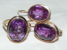 Colour change corundum cocktail ring and earrings Russia 1950s 14kt - 583 gold 6.8g; size Diameter: 19mm