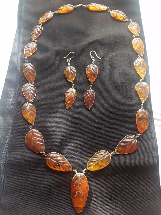 Vintage necklace and earrings in carved amber and gold. Entirely hand-made - Unique item - From the 19th century