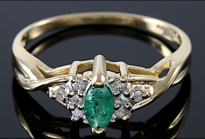 Yellow gold ring with baguette cut emerald for 0.25 ct