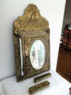 Heavy copper nicely embellished hall mirror and lined brush box incl. two copper lined brushes - 1900s/1940s