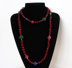 Long necklace made of polished rubies, emeralds and engraved sapphires - 14 kt gold clasp - 735 ct - 119.5 cm