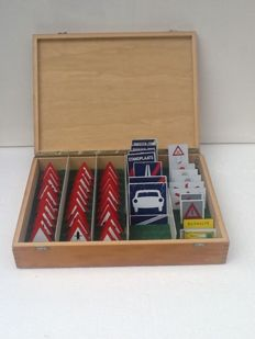 Beech wood case with 51 traffic signs