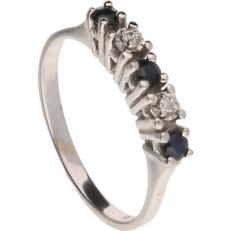 14 kt white gold ring set with 3 synthetic sapphires and 2 brilliant cut diamonds of approx. 0.02 ct in total.