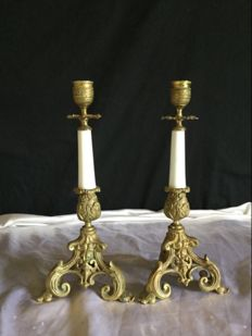 Pair of tripod candlesticks in bronze and porcelain, late 19th - France