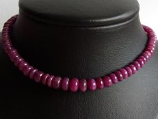 Necklace with cabochon cut rubies, with a 14 karat yellow gold lock - length 45 cm.