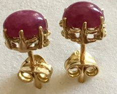 Earrings in 18 kt/750 yellow gold with 1.60 ct cabochon cut ruby - Earring length:  15 mm - No reserve