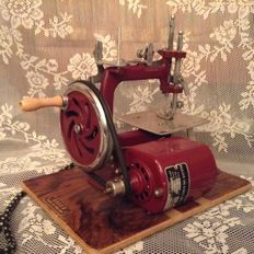 English antique miniature sewing machine of the brand Essex 1920/1940