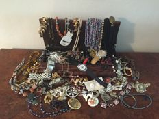 Nice collection of decorative jewellery