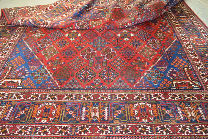 Highly valuable handwoven Persian carper 347 x 236 cm. End of the 20th century