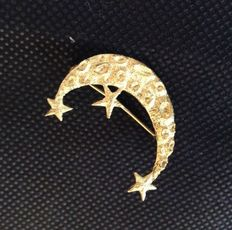 18 ct yellow gold brooch, depicting a crescent moon with craters.
