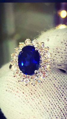 Ring in 18 kt gold with a magnificent sapphire, and a double contour of diamonds totalling 2.78 ct
