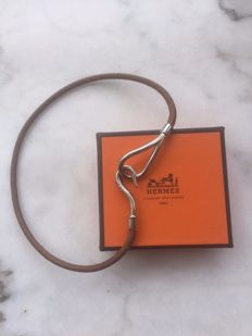 Choker Hermes Paris – leather and palladium – total length 38 cm – weight 12 g.