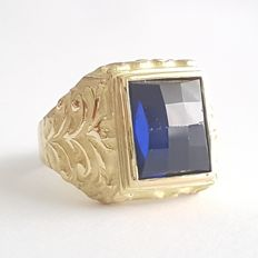 18 kt gold ring with a 6 ct blue Verneuil sapphire - Size: 20.3 mm, 24/64 (EU)