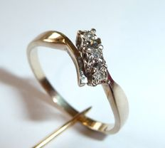18kt/750 gold ring in cross over design with 3 diamonds, ring size 54-55