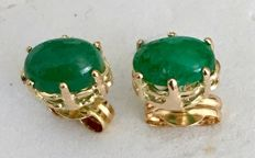 Earrings in 18 kt / 750 yellow gold with oval-cut emeralds of 1.18 ct – Earring length: 15 mm