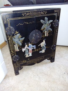 Original lacquered commode with flower pattern and semi-precious stones - China - 1950 - 1955