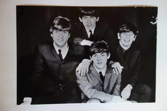Photos, autographcards (without signs) of the beatles from the 60s and 70s and a brochure with 41 pages of their career and a summary of the common and individual discographies from 1961 to 1981