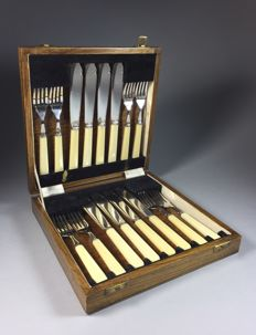 Eight silver plated viscouverts with celluloid handles in oak casket, England, first half 20th century