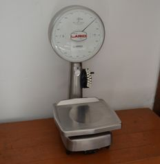"Scale with needle with ""Lario"" clock dial made of steel and with tare adjustment device. Maximum payload: 5 kg. Minimum weight: 2 g; Division: 2 g"